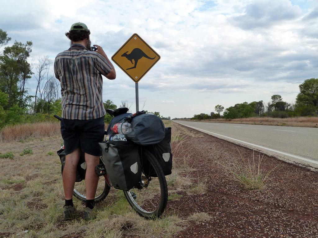 Anndreas Simon fotografiert ein australisches Strassenschild